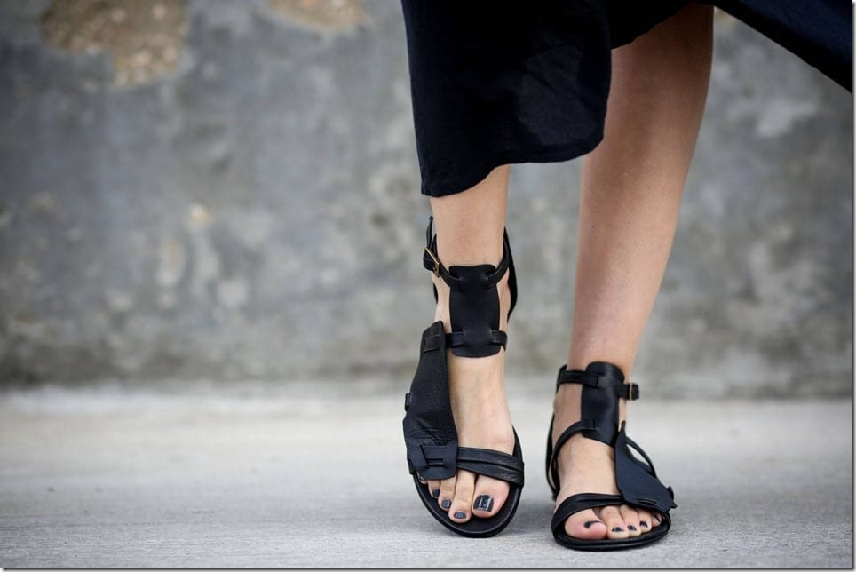 black-strappy-buckle-gladiator-leather-sandals