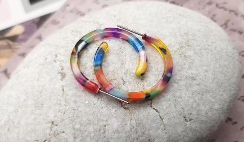 multicolored resin hoop earrings // IaninaDesign